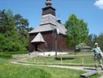 Kostolík, ku ktorému vedie vodiaca línia