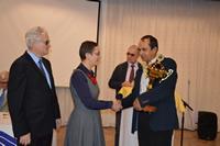 Predseda ÚNSS odovzdáva pohár pre víťaza rekordu - mesto Poprad