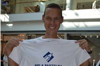 Tím Bielej pastelky podpísal Matejovi Tóthovi na pamiatku tričko