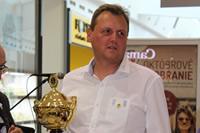 Zástupca LIONS Clubu s pohárom pre Poprad