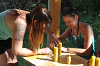 Jedna z aktivít nás naučila vyrábať sviečky