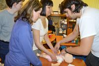 Oživovanie bábätka s inštrukciami skúsených