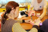 Správny pohyb pri umývaní zubov si účastníci nacvičovali na modeli