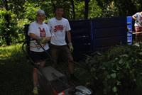 Dobrovoľníci v záhrade ÚNSS