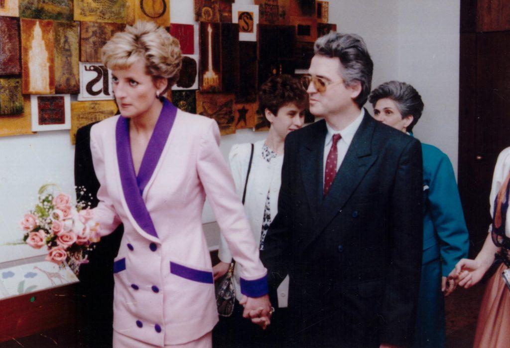 Princezna Diana drží za ruku predsedu ÚNSS, Branislava Mamojku a prechádzajú Mestskou knižnicou.